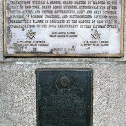 A szabadkőművesek emléktáblája a talapzat sarokkövénél via wikimedia commons