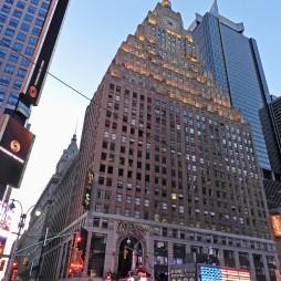 A Paramount Bldg., (ép. 1927) Time Square. Art Deco és Beaux Art stílus, 33 emelet. Az épületben a Paramount Színház 1926-ban nyított ki, ma irodaház ill. a Hard Rock Café és a Bubba Gump Shrimp Co. található benne.