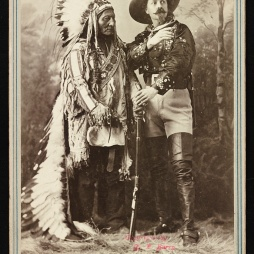 Sitting Bull és Buffalo Bill (sz. William F. Cody), Montreal, Quebec, 1885-ben. Library of Congress, Washington DC