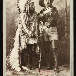 Sitting Bull és Buffalo Bill (sz. William F. Cody), Montreal, Quebec, 1885-ben. Library of Congress, Washington DC