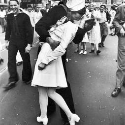 Amerika leghíresebb csókja! 1945. augusztus 14., a II. világháború végének ill. a győzelem megünneplése a Time Squere-en és egy kórházi nővérnek adott tengerészcsók. Hogy kik vannak a képen, az mai napig megoldatlan talány. Fotó: Alfred Eisenstaedt/Life magazin