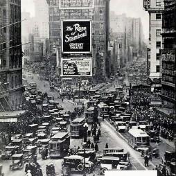 1922-ben a Macy's reklámmal. Balra a Broadway, jobbra a 7th Ave.