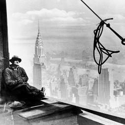 Vasmunkás az ESB-n, háttérben a Chrysler Bldg., 1930. szept. 30. (AP Photo, File)