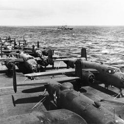 B-25 Mitchell közepes bombázók az USS Hornet repülőgép-hordozó fedélzetén 1942. áprilisában, Doolitle ezredes híres, Tokiót bombázó bevetése előtt. (Wikimedia Commons)
