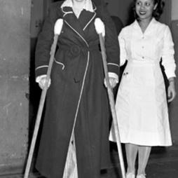 Betty Lou Oliver, aki túlélte a 300 m-es zuhanást a B-25 ESB-be történt becsapódásakor 1945. július 28-adikán. (Hank Olen/Daily News)