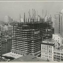 Az építők oly módon innováltak, hogy időt, pénzt és munkaerőt takarítsanak meg. Például egy olyan vasúti rendszert állítottak fel a helyszínen, mellyel az addigiakhoz képest nyolcszor több építőanyagot tudtak mozgatni. Összesen 410 nap alatt elkészült az épület, közel három hónappal a tervezett határidő előtt. A képen az ESB még beolvad a környező épületek közé... © NYPL Digital Gallery