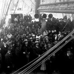 """Buffalo Bill vadnyugati show-ja úton az óceánon London felé 1887 márciusában. A hajó rakománya: 180 ló, számos színpadmunkás, 18 bivaly és 97 indián, akik közül sokan rettegteg a """"Nagy Vízen"""" át történő hajóúttól. Az első sorban középen Cody látható. Library of Congress"""