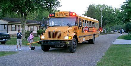 Iskolabusz teljes fegyverzetben.